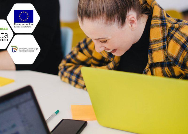 Osuvat taidot -hankkeen kansikuva, jossa nuori nainen työskentelee kannettavan tietokoneen äärellä nauraen iloisesti