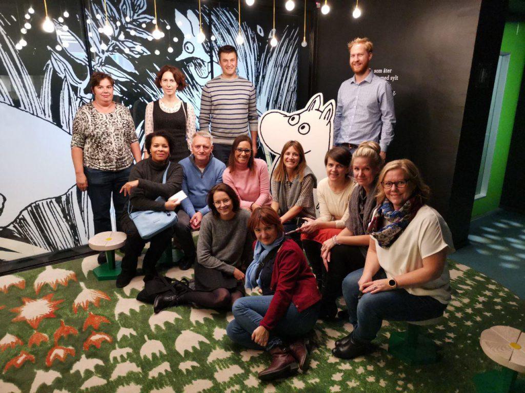 Learning Circles in Libraries -hankkeen kansainvälinen toteuttajajoukko projektitapaamisessa Tampereella.