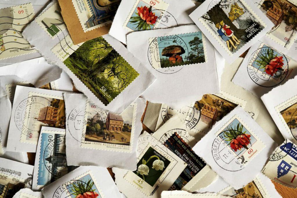 Kuva kirjekuorista irti leikatuista postimerkeistä