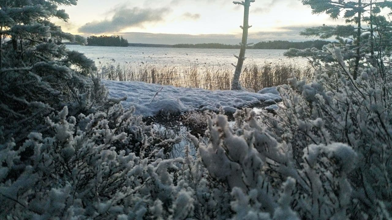 talvinen järvimaisema myrskyn jälkeen